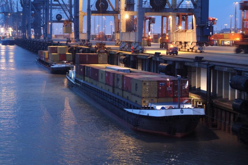 Binnenschifffahrt (Foto: bremenports / RS Media World Archiv)