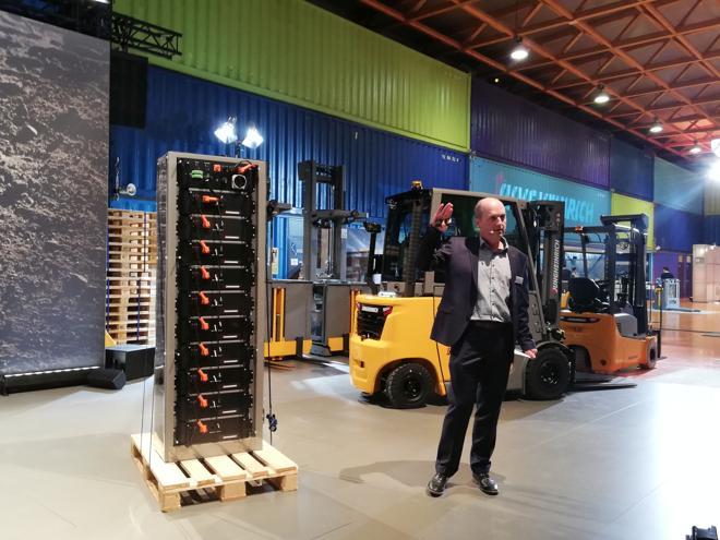Battery-Rack: Der Li-Speicher wird mit dem neuen P30i ausgeliefert. (Foto: RS Media World)
