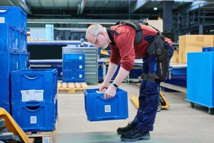Das Exoskelett entlastet den unteren Rücken spürbar um bis zu 25 Kilogramm. (Foto: Ottobock)