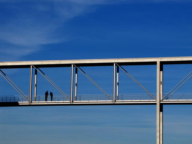 HJS Redaktion: Die gute Zusammenarbeit mit den Agenturen und ein ordentliches Medienbudget sind die Brücke zur Relevanz über Medien- und Ländergrenzen hinweg. (Foto: Rainer Sturm / www.pixelio.de)