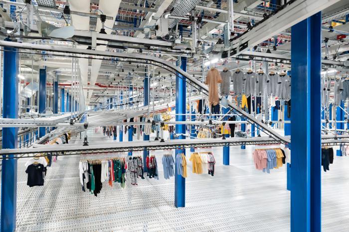 Internationaler Einzelhandel - Das neue Distributionszentrum bietet im Garment-on-Hanger-(GOH)-System umfassende Lagerkapazitäten für zwei Millionen Textilien. (Foto: Dematic)