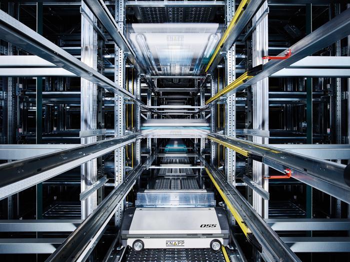 Das Hochdynamische Shuttle-System OSR Shuttle Evo ist so flexibel, dass E-Commerce und Filialbelieferung von einem Zentrallager erledigt werden kann. (Foto: Knapp / RS Media World Archiv)