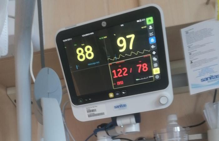 Über Monitore über unseren Köpfen wissen wir genau Bescheid, wie es um uns steht, wenn wir das wollen. Dieselben Informationen stehen dem Ärzte- und Pflegeteam draußen in der Zentrale zur Verfügung. (Foto: RS Media World)