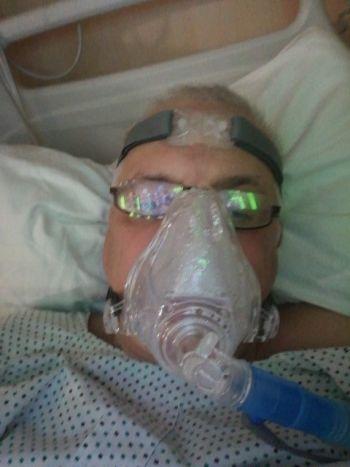 Für die Sauerstoffübertragung trage ich über Nacht eine Vollgesichtsmaske, die beinahe wie so eine Taucherbrille aussieht, die über das ganze Gesicht geht und in der man sprechen kann. (Foto: RS Media World)