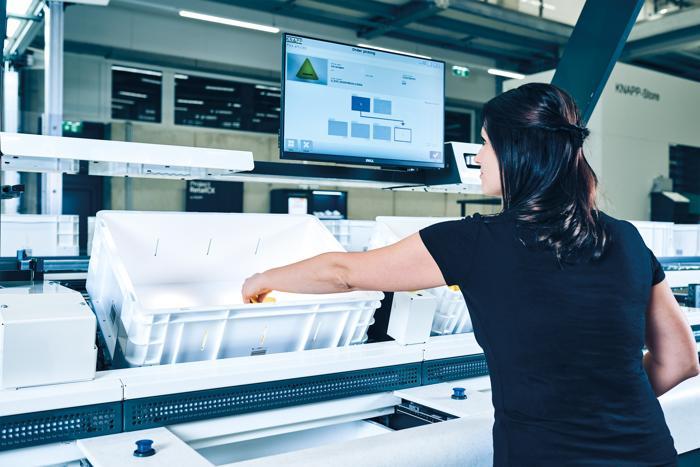 Ergonomischer Ware-zur-Person-Arbeitsplatz  (Foto: Knapp)