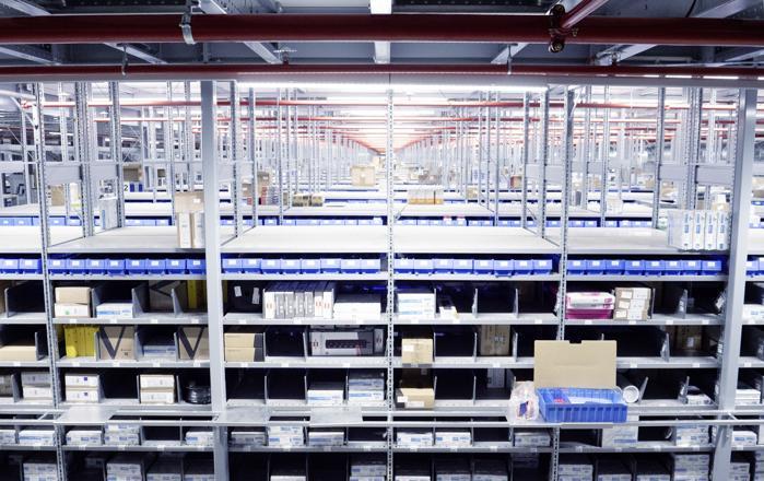 Skalierbarkeit - Ein Teil der vorhandenen Fachbodenregale R3000 für kleine bis mittelvolumige Waren wurde zu einer begehbaren Bühnenanlage ausgebaut. (Foto: SSI Schäfer / RS MEDIA WORLD Archiv)