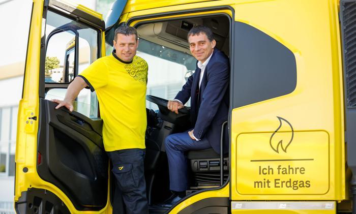 P. Umundum (re.), Vorstand; P. Berger (li.), LKW-Fahrer (Foto: Österreichische Post / RS MEDIA WORLD Archiv)