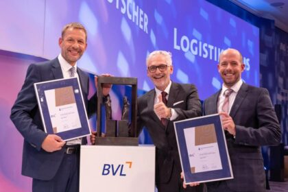 DLK-Preis 2021 - (v.l.) M. Schinko, C. Janecek, Vertreter von DB Cargo (Foto: BVL / RS MEDIA WORLD Archiv)